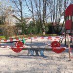Spielplatz mit Flatterband abgesperrt